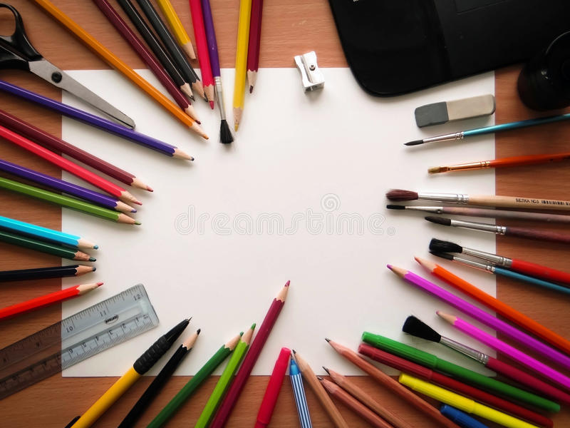 Documento en blanco y lápices coloridos sobre la tabla de madera Visión desde arriba fotos de archivo