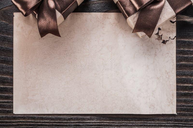 Documento encajonado de los regalos sobre la opinión horizontal del tablero de madera del vintage imágenes de archivo libres de regalías