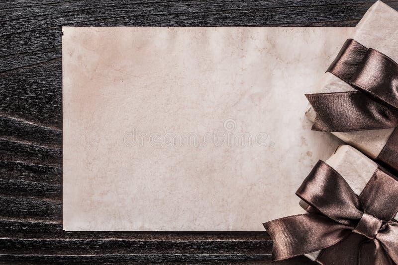 Documento encajonado del regalo sobre concepto del día de fiesta del tablero de madera del vintage imágenes de archivo libres de regalías