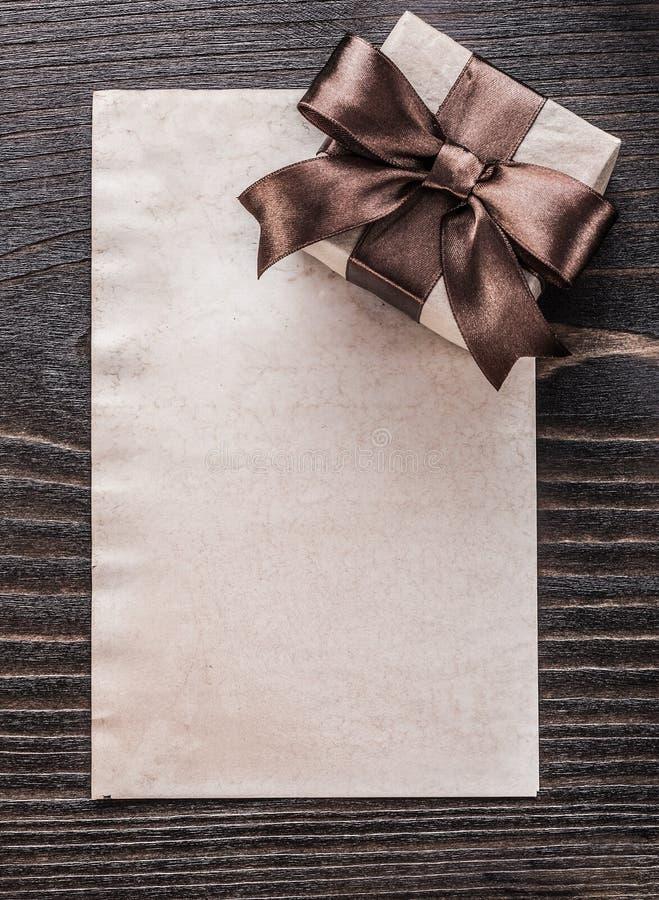 Documento encajonado del regalo sobre la versión de la vertical del tablero de madera del vintage fotos de archivo libres de regalías
