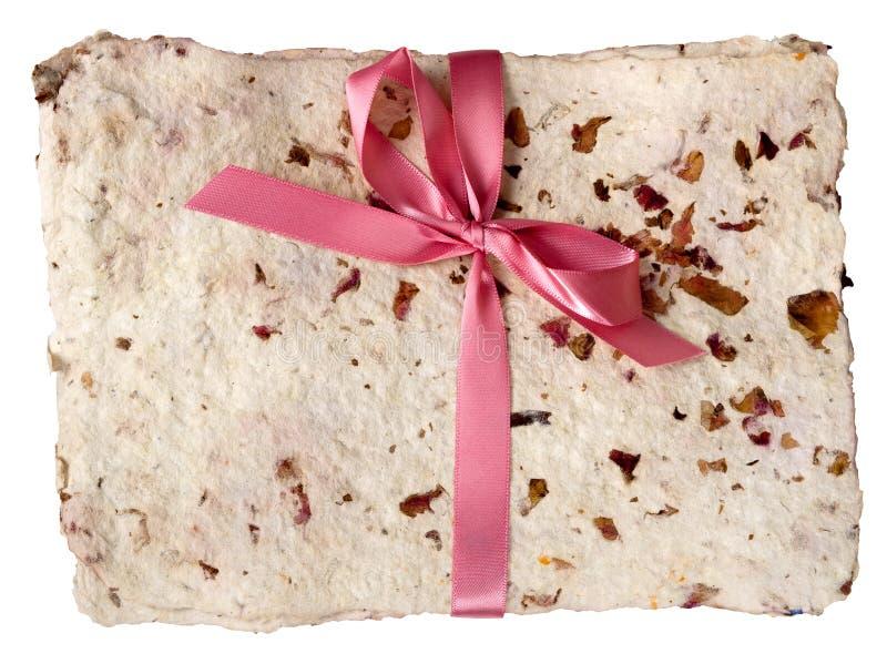 Documento fatto a mano con i petali secchi e l'arco, isolati immagine stock