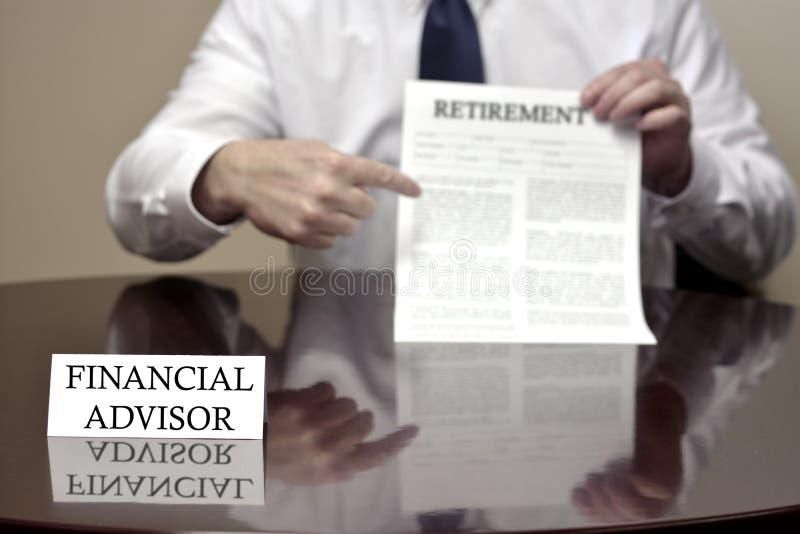Documento finanziario di pensionamento della tenuta del consulente immagine stock libera da diritti