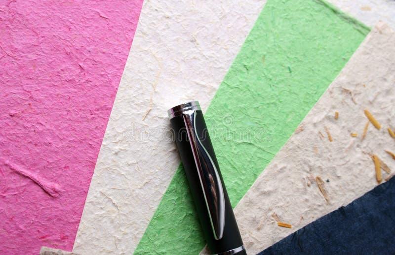 Documento Handmade e penna fotografie stock