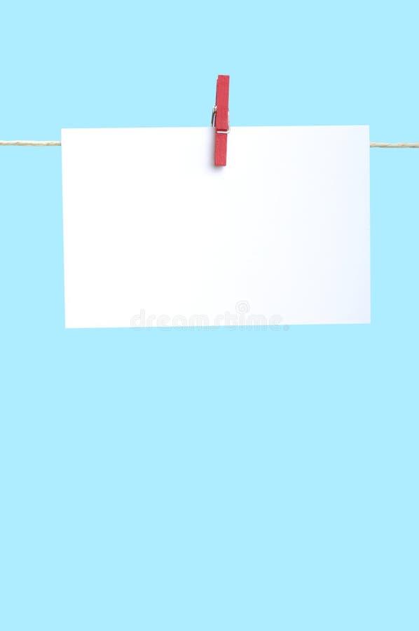 Documento sobre cuerda para tender la ropa fotografía de archivo libre de regalías