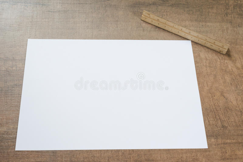 Documento sobre fondo de madera foto de archivo libre de regalías