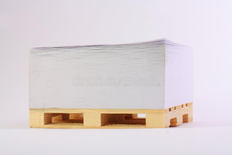 Documento sobre una plataforma de madera foto de archivo