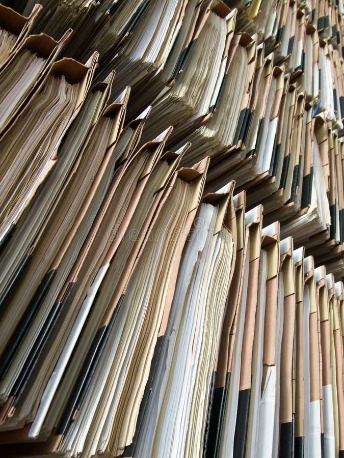 Documentos clasifiados en estantes imagen de archivo