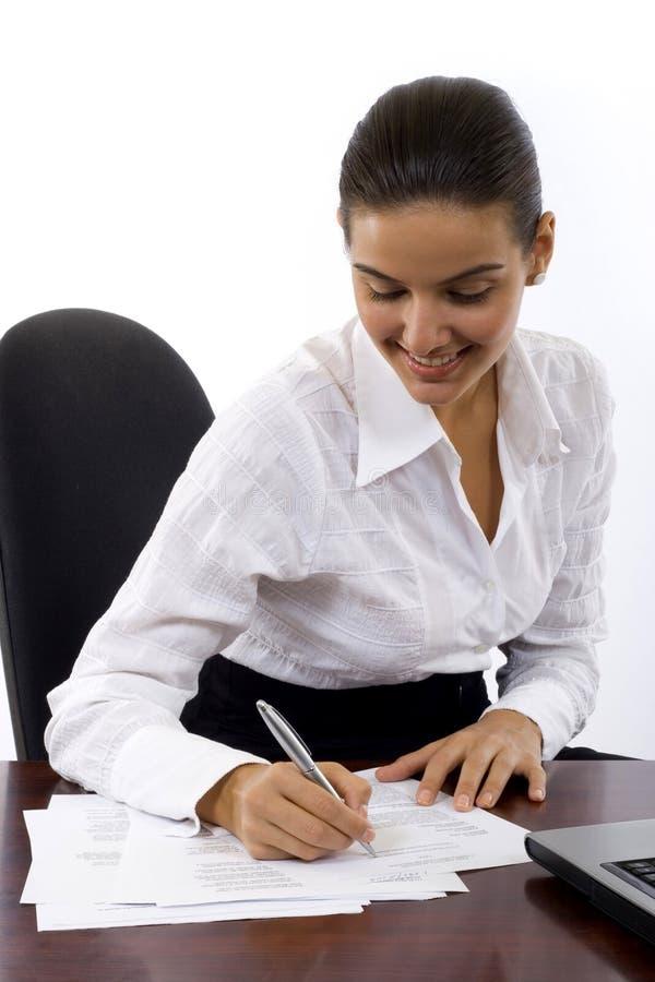 Documentos de firma de la mujer de negocios fotos de archivo libres de regalías
