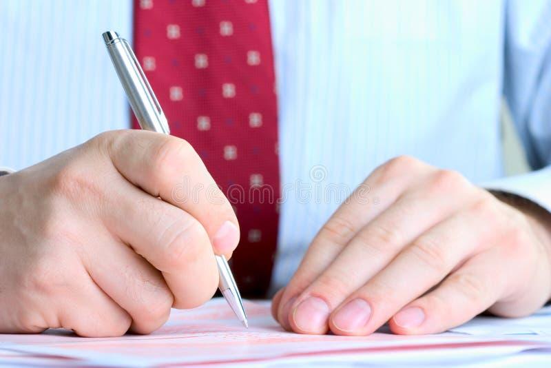 Documentos de firma del hombre de negocios fotos de archivo libres de regalías