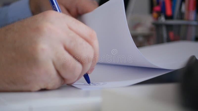 Documentos de Image Signing Accounting del hombre de negocios en sitio de la oficina fotos de archivo
