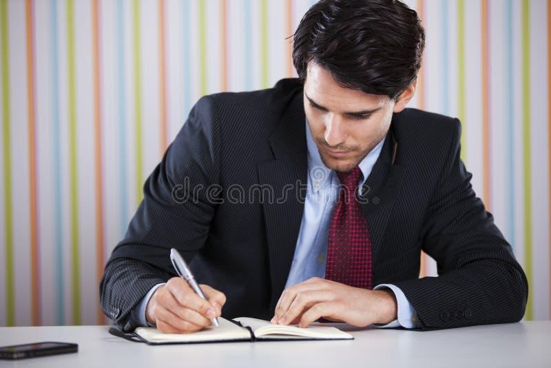 Documentos de la escritura del hombre de negocios foto de archivo