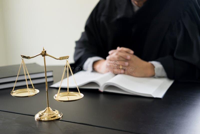 documentos de la lectura del juez del abogado en el escritorio en sala de tribunal imagenes de archivo