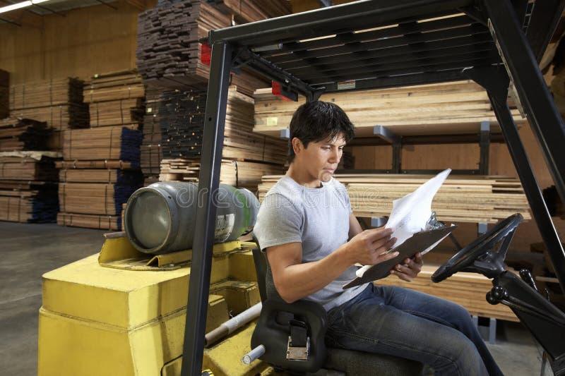 Documentos de la lectura del trabajador foto de archivo libre de regalías