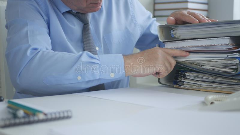 Documentos del fichero de estadísticas de Image Work Sorting del hombre de negocios fotografía de archivo libre de regalías