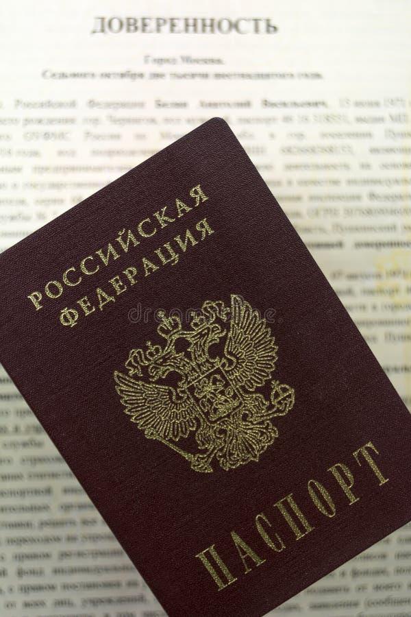 Documentos do russo Formulário notarial do poder do advogado a uma outra pessoa O passaporte do russo encontra-se na parte superi imagem de stock