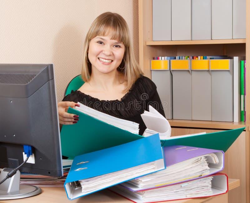 Documentos felices de la lectura de la empresaria imagen de archivo libre de regalías