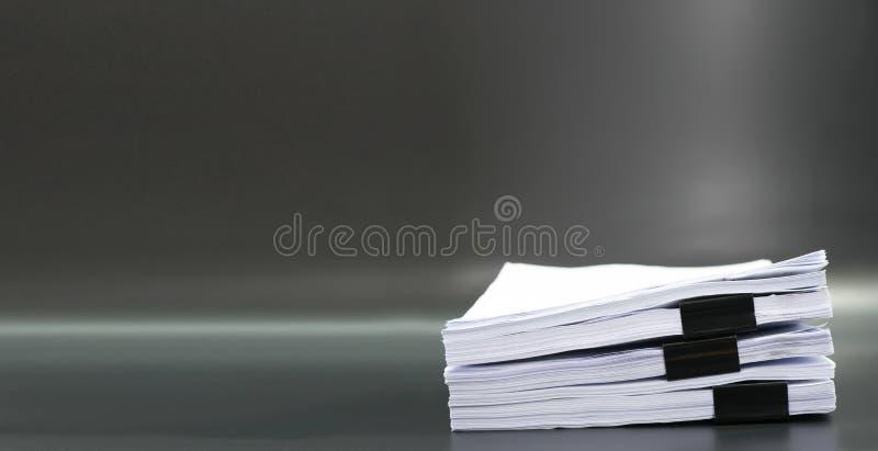 Documentos o ficheros de la pila en fondo negro fotos de archivo libres de regalías