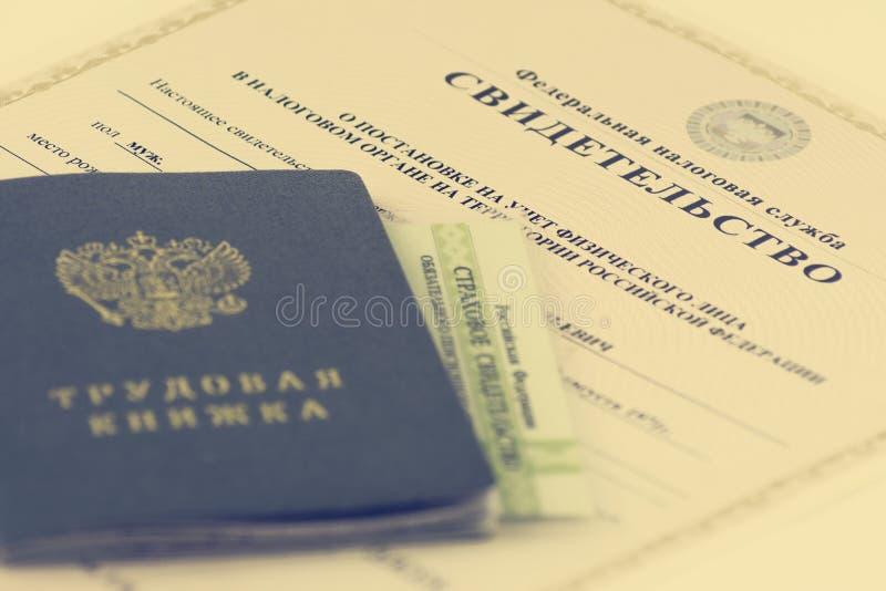 Documentos rusos Libro de trabajo, expediente de empleo, un documento para registrar experiencia profesional Certificado de segur foto de archivo