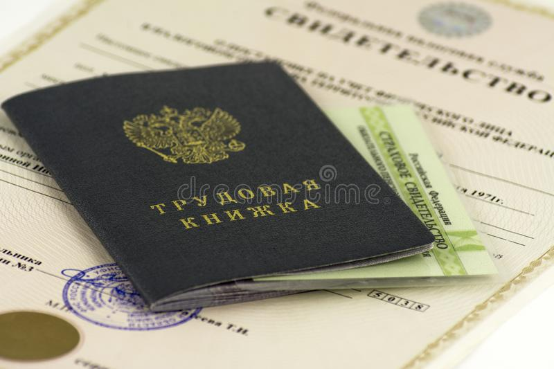 Documentos rusos Libro de trabajo, expediente de empleo, un documento para registrar experiencia profesional Certificado de segur fotos de archivo