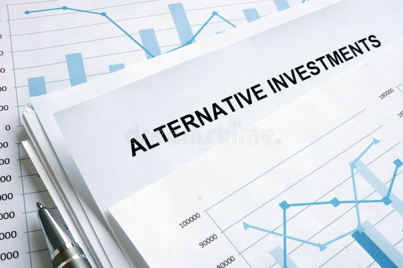 Documents au sujet des investissements alternatifs avec les diagrammes financiers photos stock