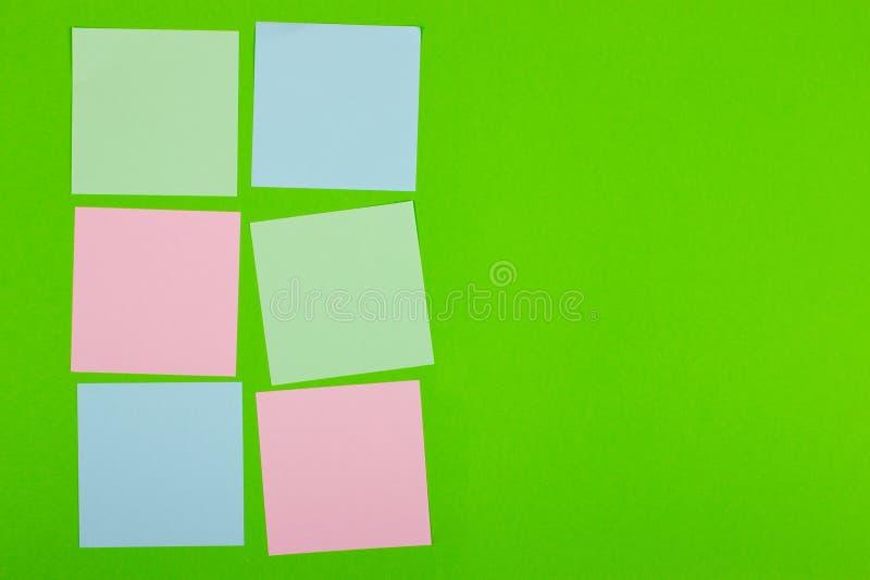 Documents colorés avec l'espace de copie sur un fond coloré Vue de ci-avant Pour des notes et des idées image stock