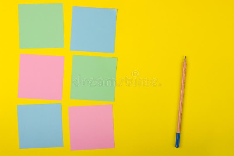 Documents colorés avec l'espace de copie sur un fond coloré Vue de ci-avant Pour des notes et des idées photo libre de droits