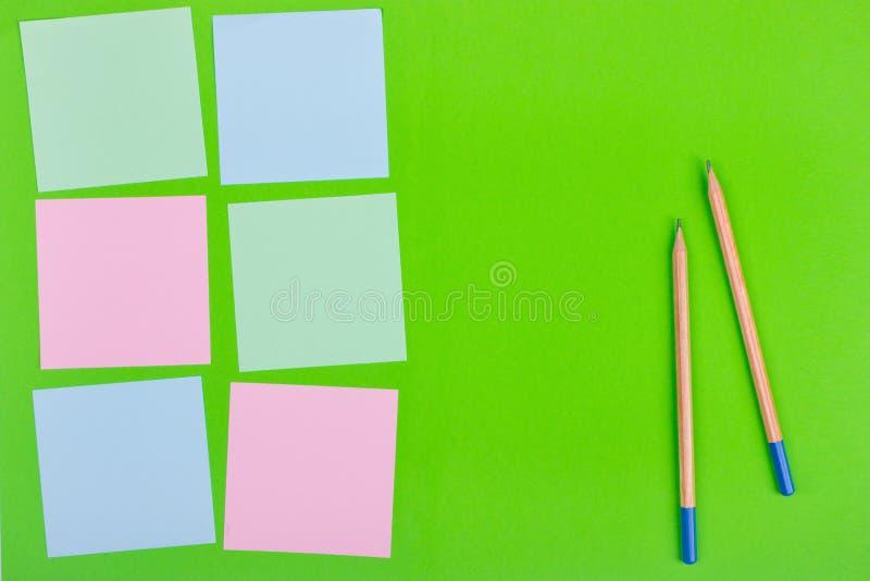 Documents colorés avec l'espace de copie sur un fond coloré Vue de ci-avant Pour des notes et des idées photos libres de droits