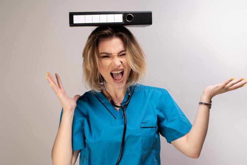 Documents de équilibrage de docteur féminin fou sur sa tête images stock
