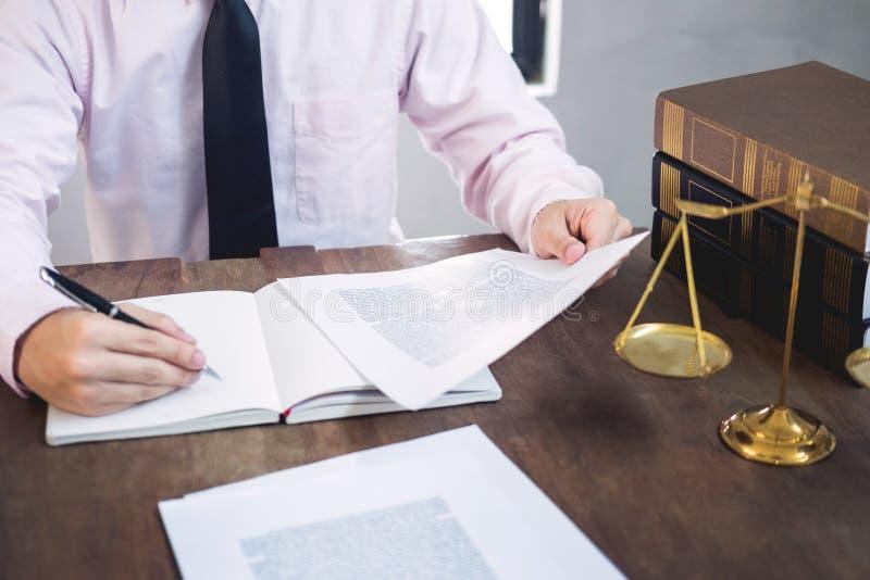 Documents de lecture de juge d'avocat au bureau dans la salle d'audience travaillant au fond en bois de bureau poids d'or de mart photo libre de droits