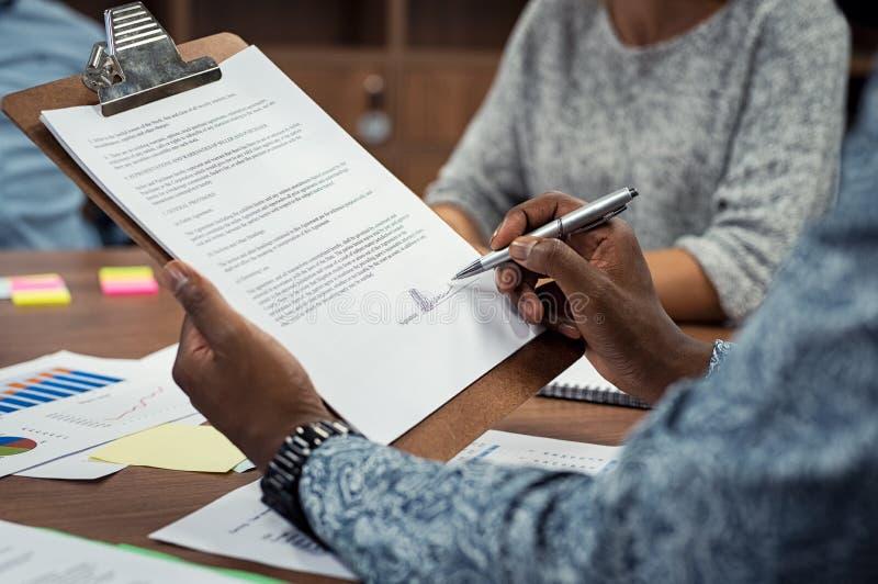 Documents de signature d'homme d'affaires africain image libre de droits