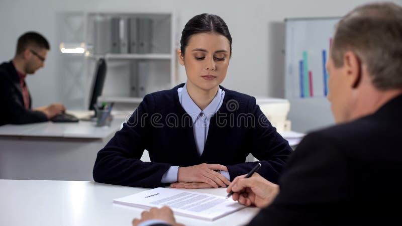 Documents de signature du chef à la femme gestionnaire, bon résultat au travail, concept de processus de travail images libres de droits