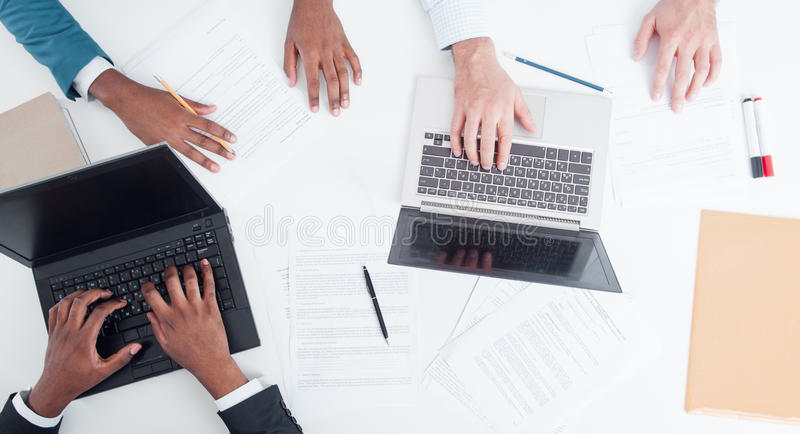Documents et fonctionnement financiers de bureau de contrats photo stock