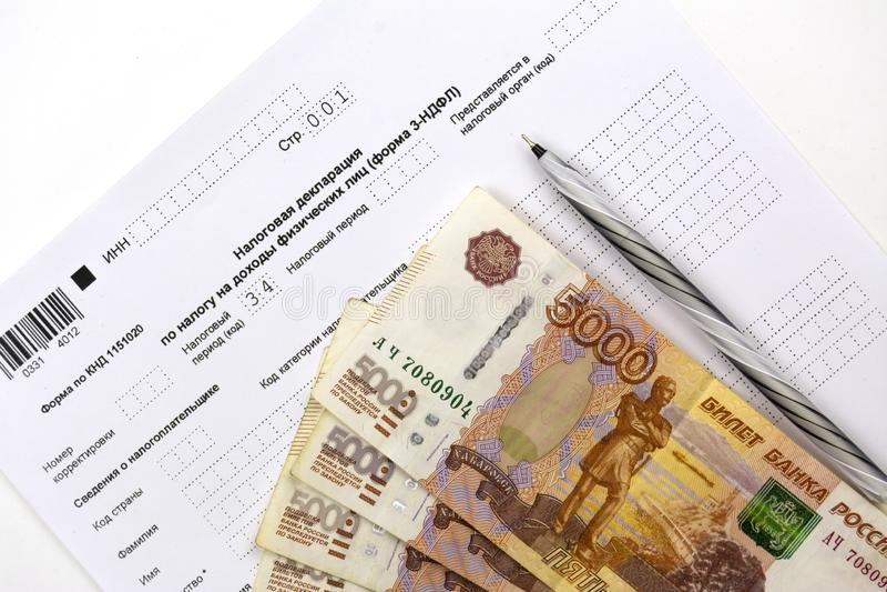 Documents russes, formulaire de déclaration de revenu 3-NDFL, argent liquide 5000 roubles et un stylo photos stock