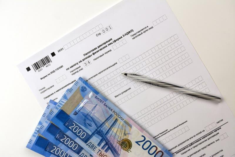 Documents russes, formulaire de déclaration de revenu 3-NDFL, argent liquide 2000 roubles et un stylo image libre de droits