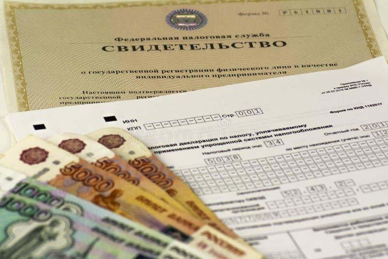 Documents russes Matricule d'un entrepreneur individuel, déclaration d'impôt Argent russe d'argent liquide photos stock