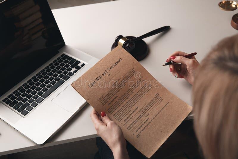 Documents sur papier avec le timbre sur le bureau Concept de notaire, travail d'ordinateur portable image libre de droits