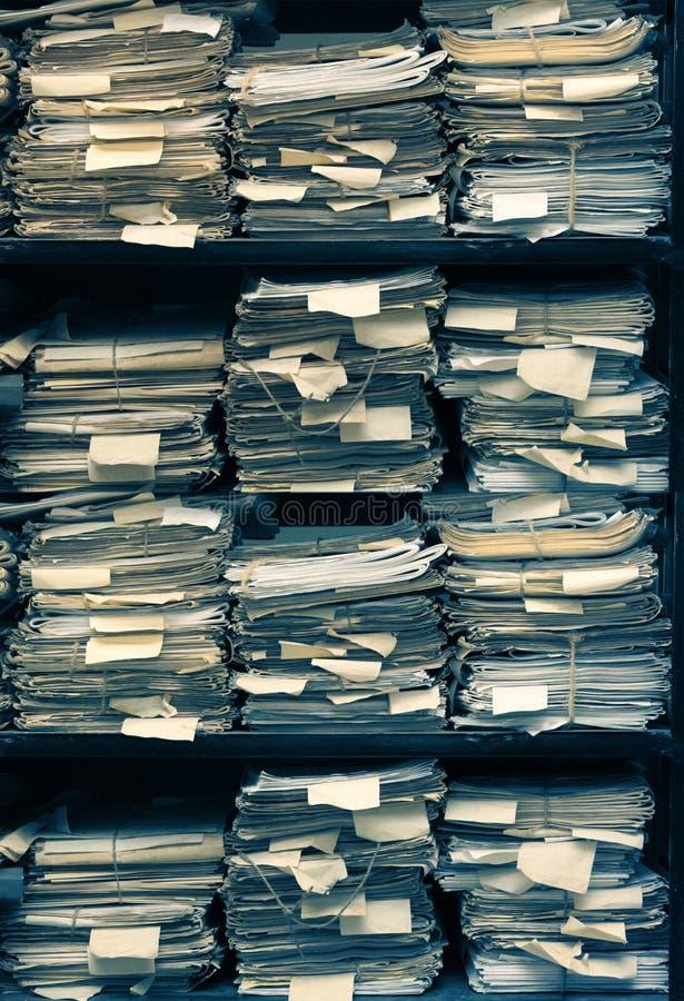 Documents sur papier empilés dans les archives image libre de droits