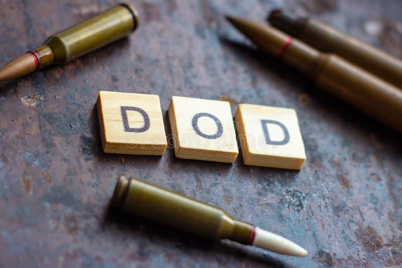 DOD σημάδι με τις σφαίρες στο σκουριασμένο υπόβαθρο μετάλλων Αμερικανικό τμήμα αμυντικής έννοιας στοκ εικόνες