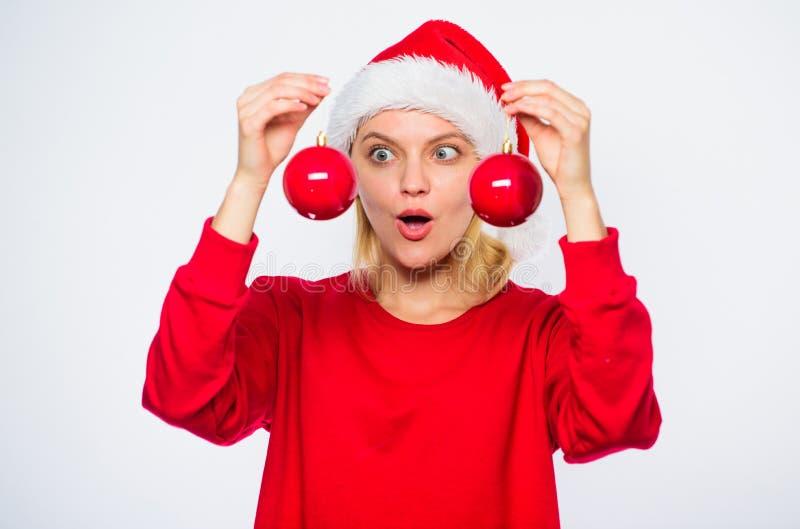 Dodaje dekoracyjnego szczegółu wakacje Nowego Roku wystroju pojęcie Jak dekoruje dla zimy Choinki dekoraci pomysły Kobieta zdjęcia royalty free