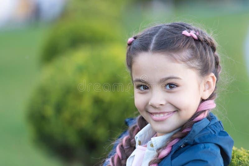 Dodaje jaskrawego szczegół Mała dziewczynka z ślicznym warkocz natury tła zakończeniem up Kanekalon pasemko w warkoczach śliczny  fotografia stock
