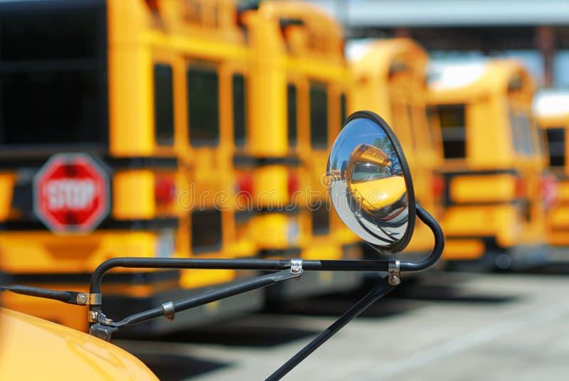 Dodatek specjalny potrzebuje autobusu szkolnego ` odbicie w swój swój lustrze z dużymi ones w tle obraz stock