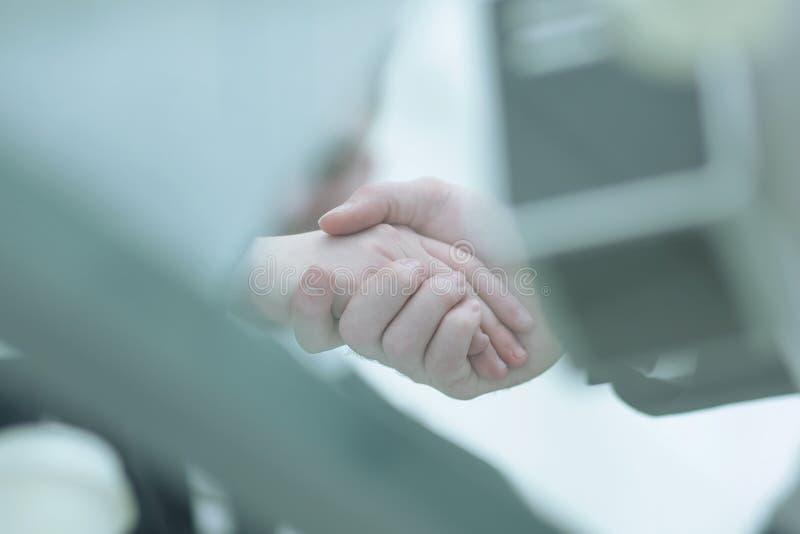 dodatkowy interesu format tło zamazany wizerunek partnery biznesowi trząść ręki obraz stock