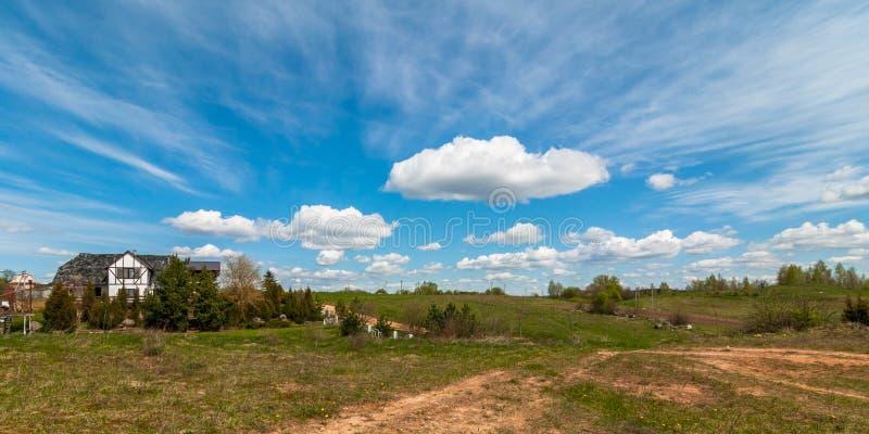 8 dodatku duży błękitny chmur odległych łatwych eps poly pięć pierwszoplanowych formata zieleni krajobrazu łąk planują czerwoną w obrazy royalty free