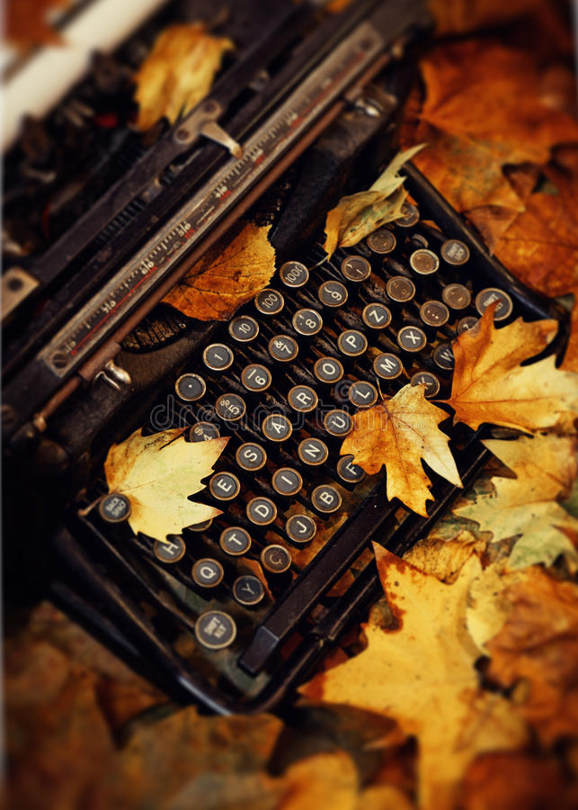 Dode Bladeren en Schrijfmachine stock foto