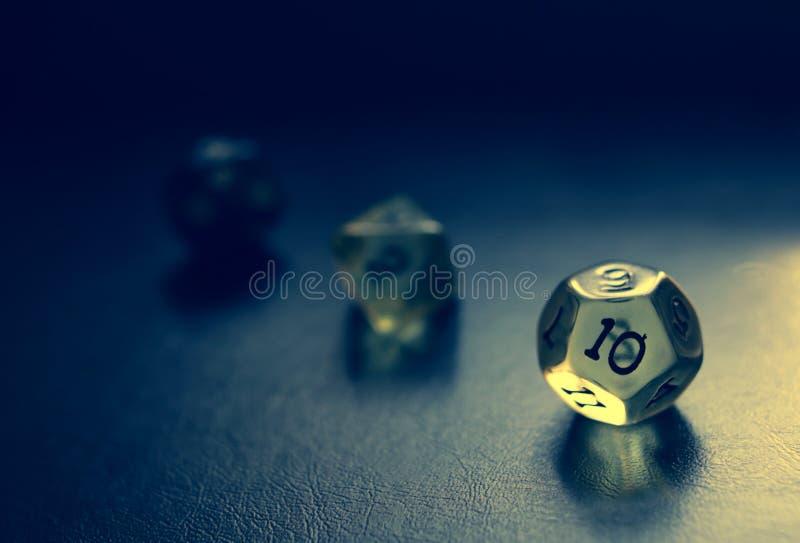 Dodecahedron tärning med blått- och gulinglynne royaltyfria foton