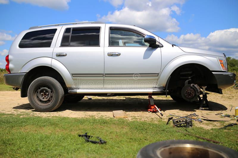 Dodge Durango SUV op Band Jack Getting New Wheels Installed royalty-vrije stock foto