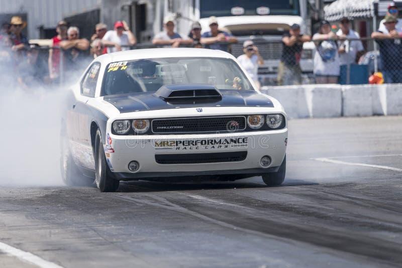 Dodge-uitdager in actie betreffende het rasspoor stock afbeeldingen