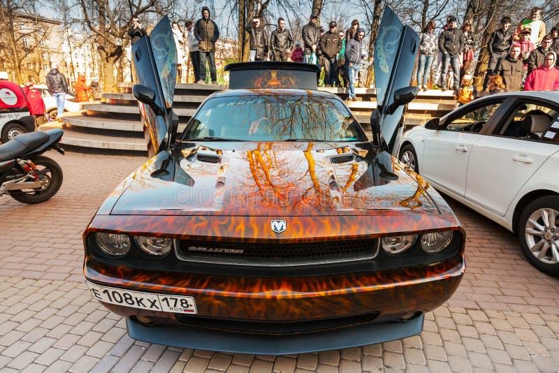 Dodge-uitdager met het agressieve ontwerp van het straatras royalty-vrije stock foto's