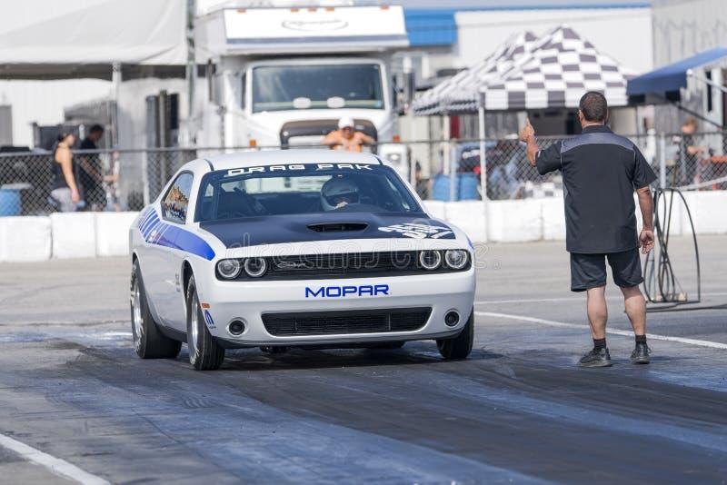 Dodge-uitdager op het rasspoor bij de beginnende lijn stock foto