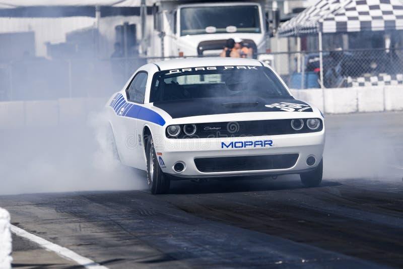 Dodge-uitdager op het rasspoor stock foto's